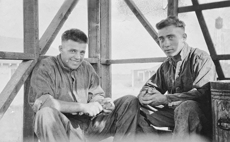 William Leemann (rechts) beim Kartoffeln schälen