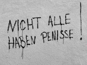 Graffiti bei einem Pissoir