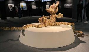 Skulptur von Banksy, Schlange verschlingt Mickey Mouse