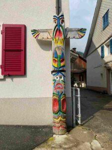 Totem, Totempfahl, Wappenpfahl in Erschwil Baselland