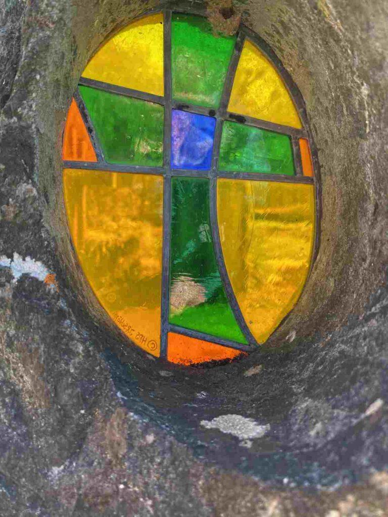 Glasfenster auf Grabstein